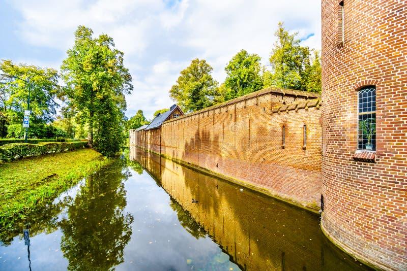 Fosa que rodea a Castle De Haar, un castillo del siglo XIV restaurado totalmente en los fin del siglo XIX fotografía de archivo
