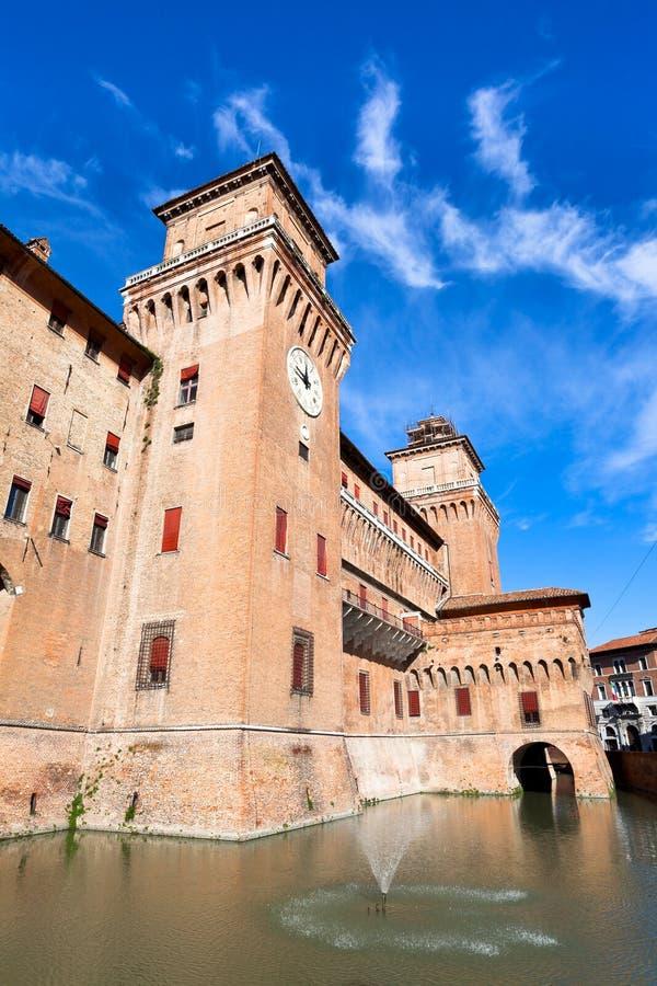 Fosa y el castillo Estense en Ferrara foto de archivo libre de regalías