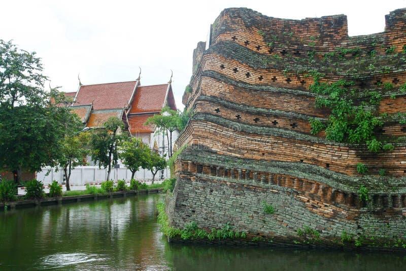 Fosa y pared antigua, Tailandia de Chiangmai imagen de archivo libre de regalías