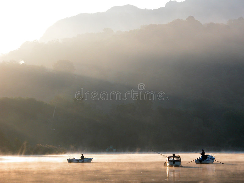 Foschia di alba sul lago fotografia stock