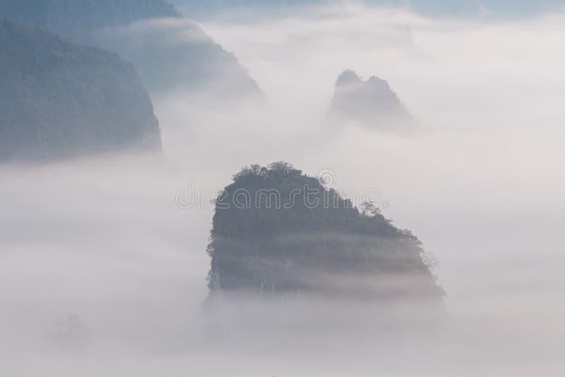 Foschia di mattina con la montagna immagine stock libera da diritti