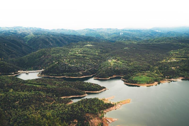 Foschia di mattina nei picchi di montagna su paesaggio naturale Valle verde sul cielo del fondo, sulle cime della montagna e sul  immagine stock