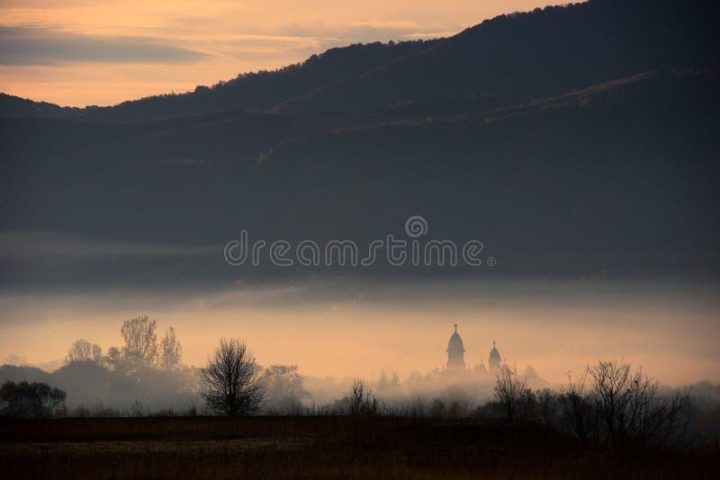Foschia di mattina sopra il villaggio fotografia stock