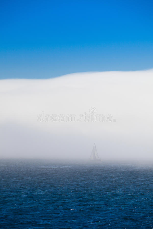 Download Foschia Sola Della Barca A Vela Di Mattina Immagine Stock - Immagine di trasporto, oceano: 56880911