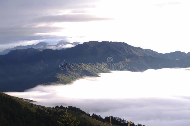 Foschia in valle della montagna immagine stock