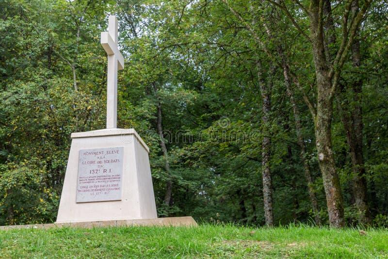 Foso cercano conmemorativo de la primera Primera Guerra Mundial de bayonetas en Douaumon fotos de archivo