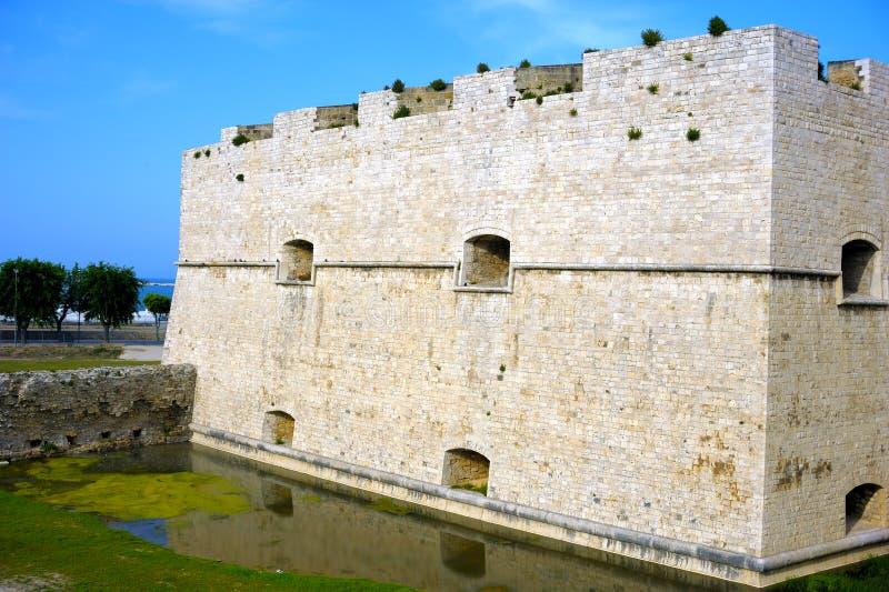 Fossé souabe de l'eau de réflexion de château Barletta Pouilles photographie stock