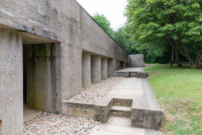 Fossa commemorativa di guerra mondiale del francese prima una delle baionette a Douaum immagine stock