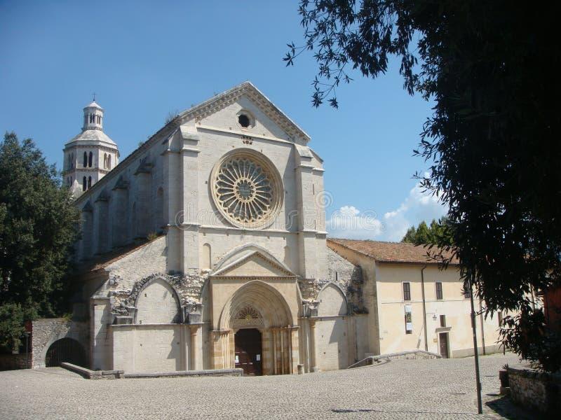 Fossanova修道院与它的圆花窗和它的圆顶金属的在Latium在意大利 库存图片