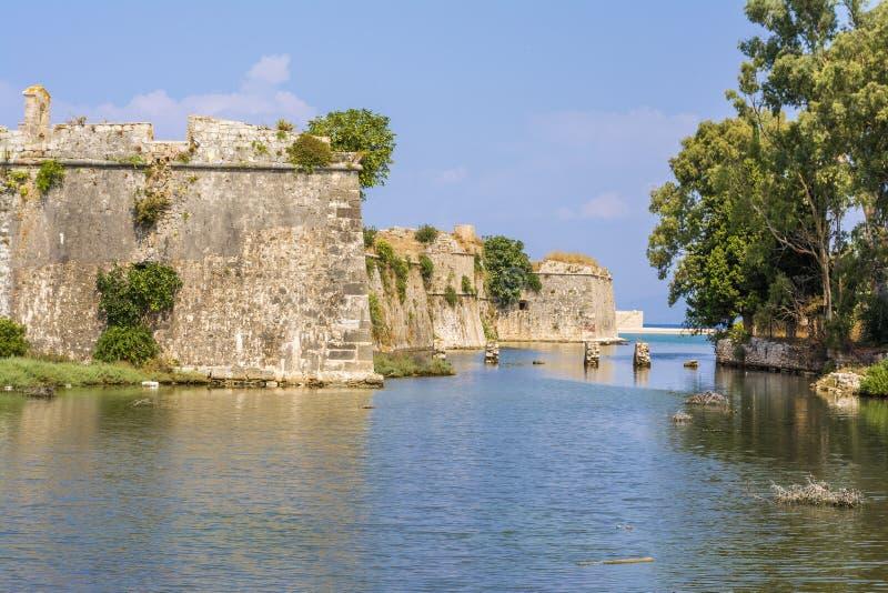 Fossato e pareti del castello veneziano di Agia Mavra - isola greca di Leucade fotografia stock libera da diritti
