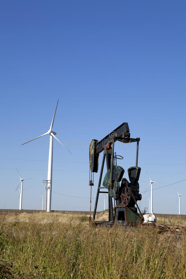 Fossila bränslen vs ren energi arkivfoto
