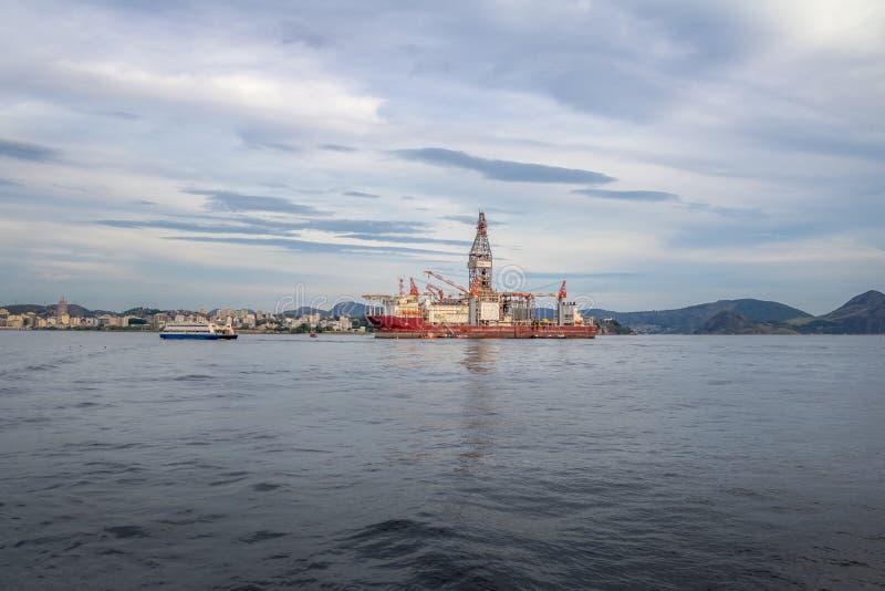 Fossila bränslendrillship för OOG Odebrecht på den Guanabara fjärden - Rio de Janeiro, Brasilien royaltyfri fotografi