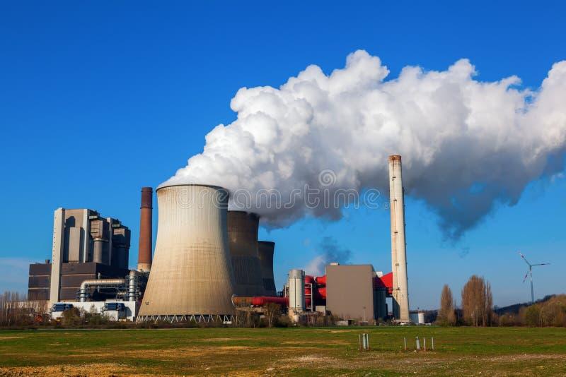 Fossila bränslenkraftverk royaltyfri foto