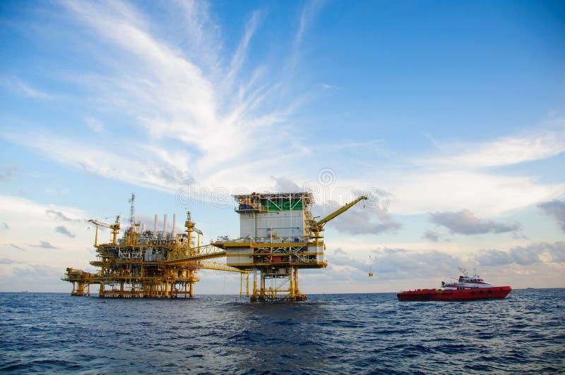 Fossila bränslenplattform i golfen eller havet, frånlands- olja och riggkonstruktion, energiaffär arkivbilder