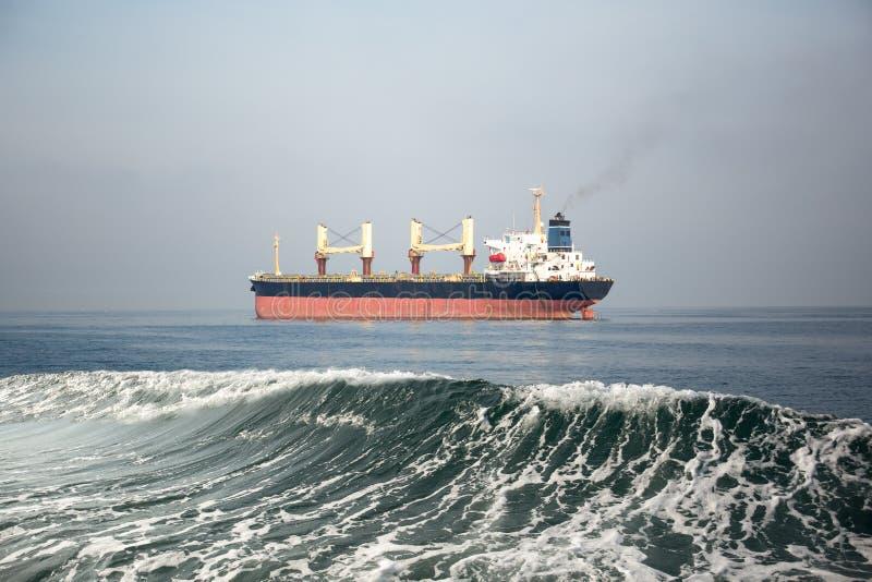 Fossila bränslentankfartygskepp i havet royaltyfri bild