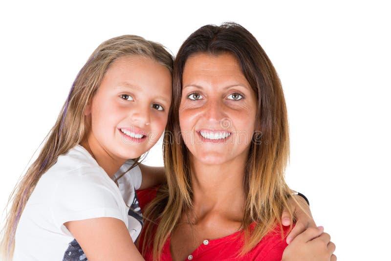 Fostra att ha hennes barndotter på hennes armar med förälskelse arkivfoto