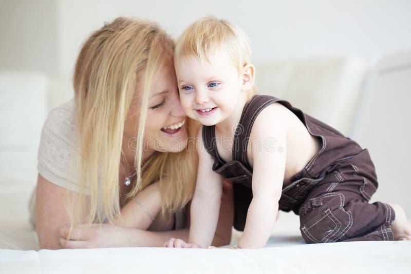 Fostra med henne barnet arkivbilder