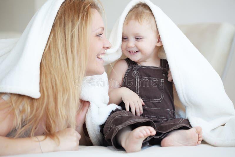 Fostra med henne barnet arkivbild