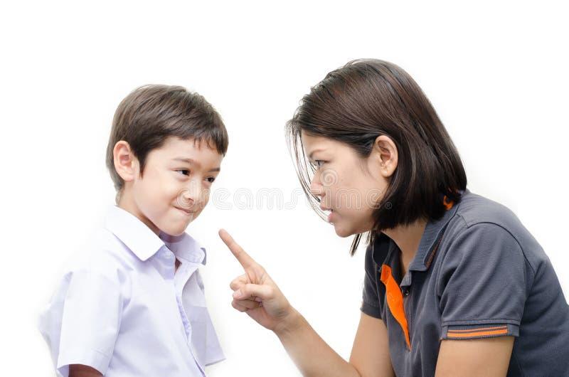 Fostra att undervisa hennes skriande son på vit bakgrund fotografering för bildbyråer
