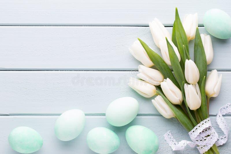 Fostra dagen för ` s, dagen för kvinna` s, easter, vita tulpan, gåvor på gra royaltyfria foton