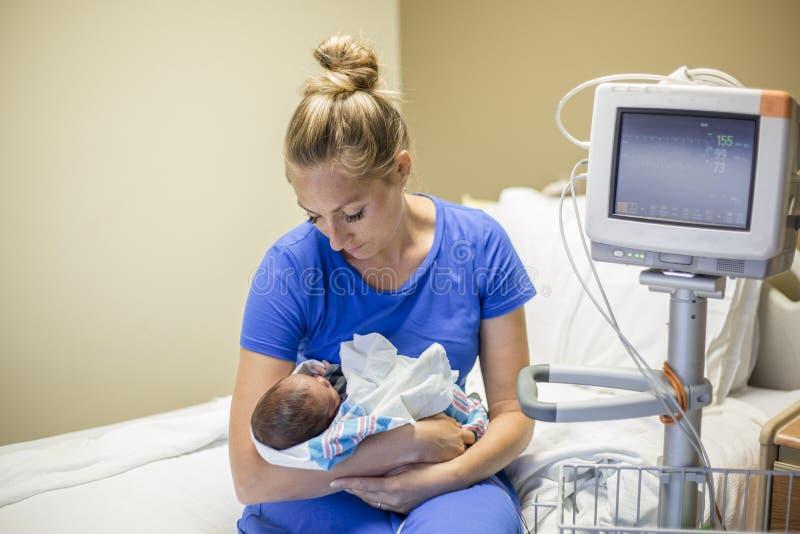 Fostra innehavet som hennes nyfödda för tidigt behandla som ett barn i sjukhuset royaltyfria foton