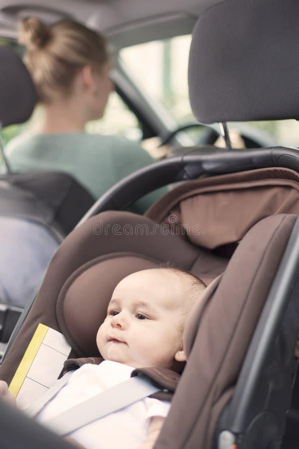 Fostra körning, med hennes behandla som ett barn pojken i en barnplats arkivfoton