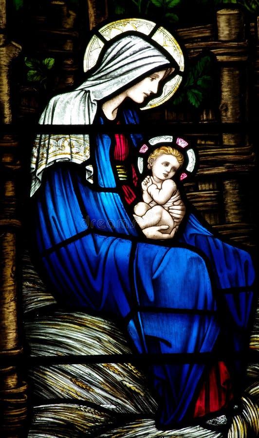 Fostra Mary med behandla som ett barn Jesus (Kristi födelse) i målat glass royaltyfri fotografi