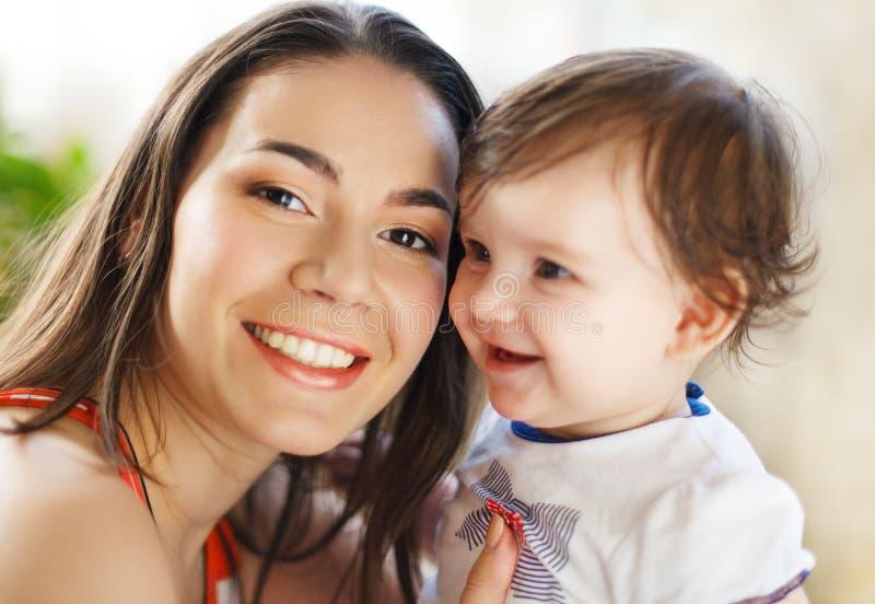 Fostra med åtta gammala månad behandla som ett barn flickan inomhus royaltyfria bilder