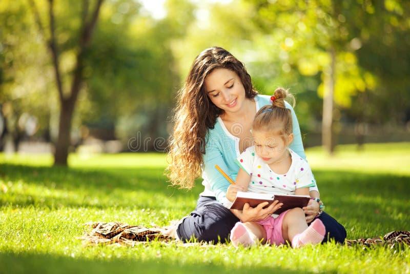 Fostra med dottern royaltyfria bilder