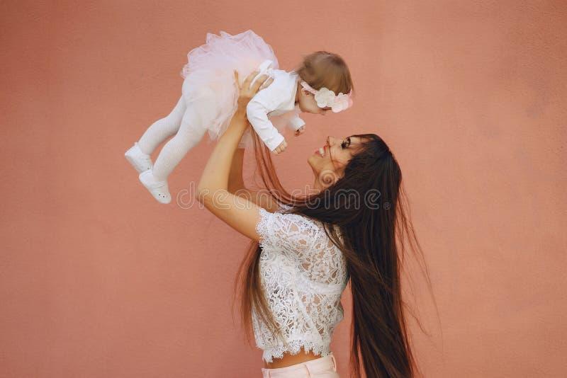 Fostra med dottern royaltyfri bild