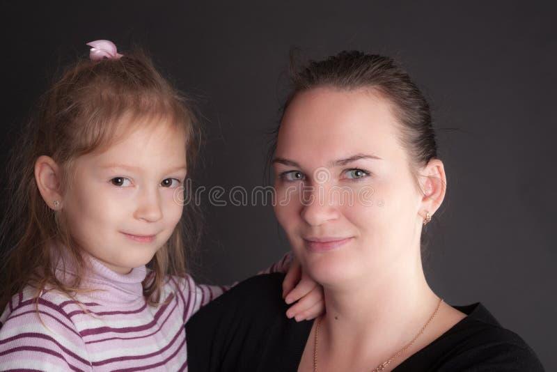 Fostra med dottern royaltyfria foton