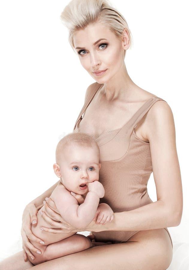 Fostra med hennes 6 månader son royaltyfri bild