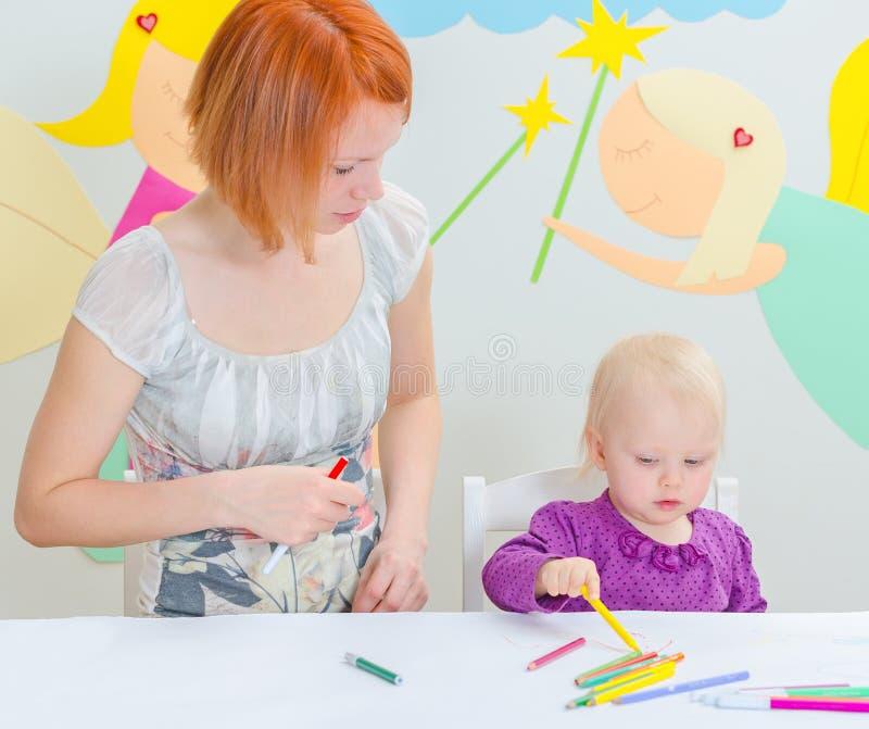 Fostra och att dra för barn fotografering för bildbyråer