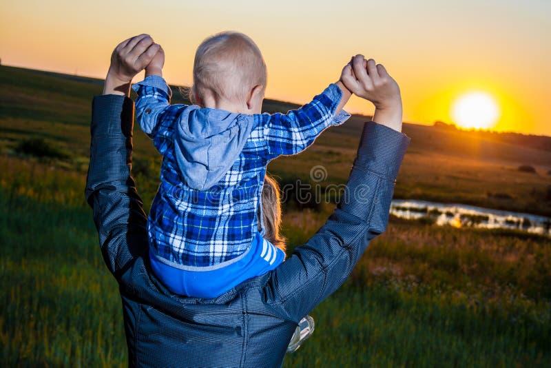 Fostra och barnet arkivfoto