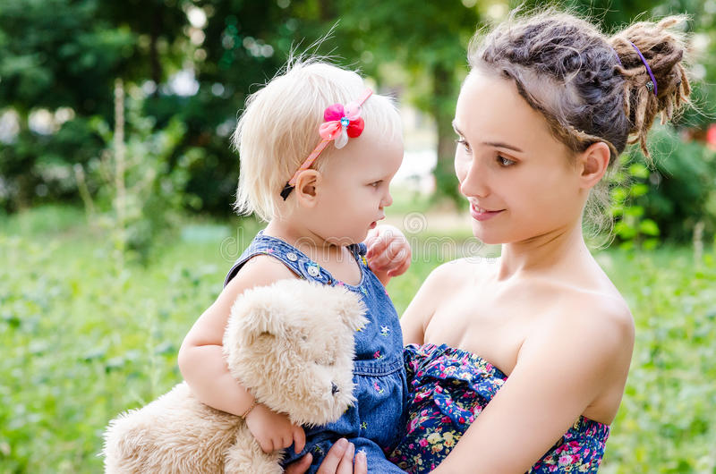 Fostra och barnet royaltyfri bild