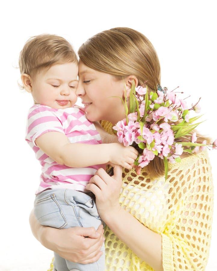 Fostra och behandla som ett barn ger blommabukettgåvan, mammaomfamningdotter arkivfoto
