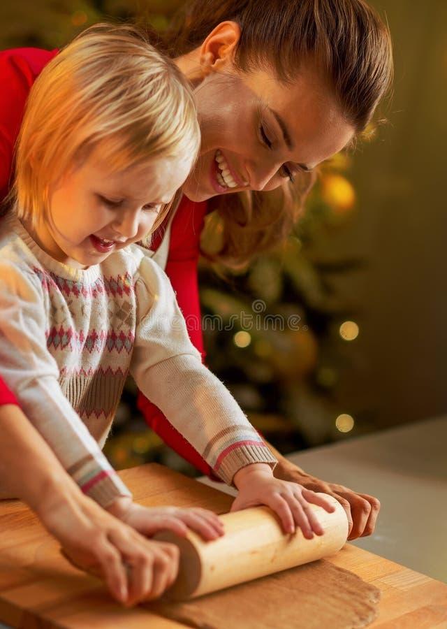 Fostra och behandla som ett barn kaveldeg i dekorerad jul arkivfoto