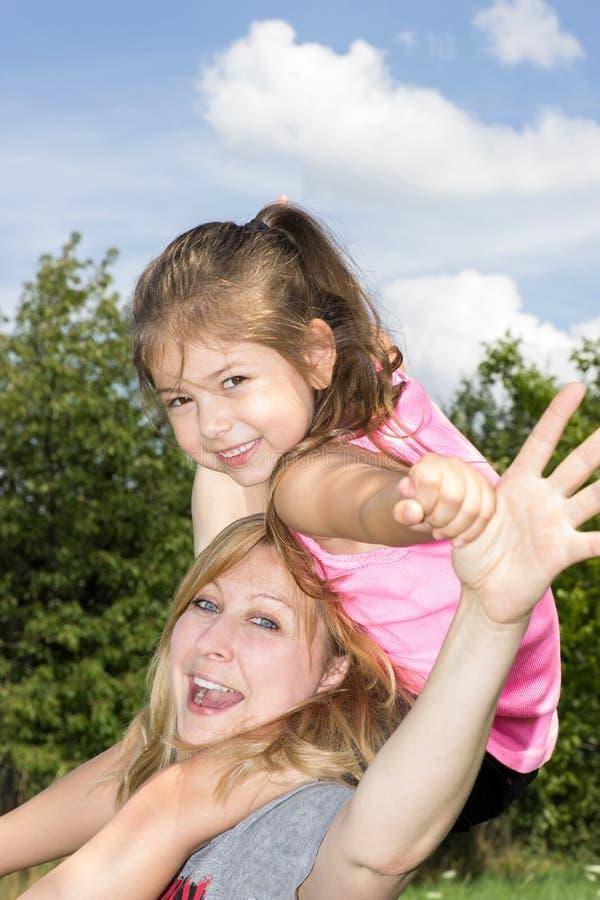 Fostra och dottern arkivfoton