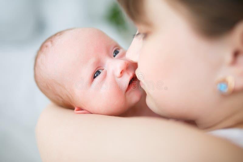 Fostra och hennes en månad gamla sonslut upp arkivfoton