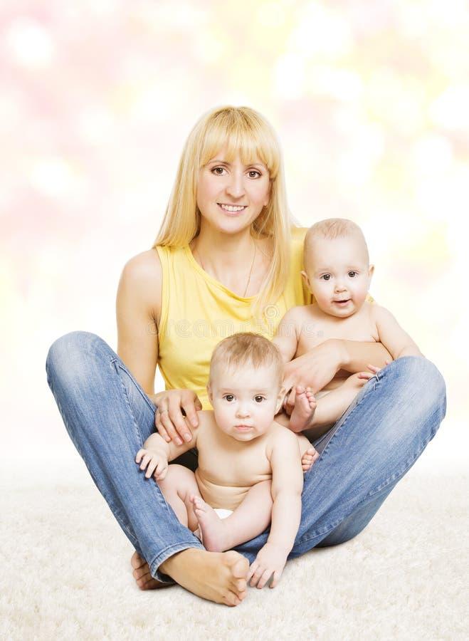Fostra och kopplar samman behandla som ett barn familjståenden, mamma med små barn fotografering för bildbyråer