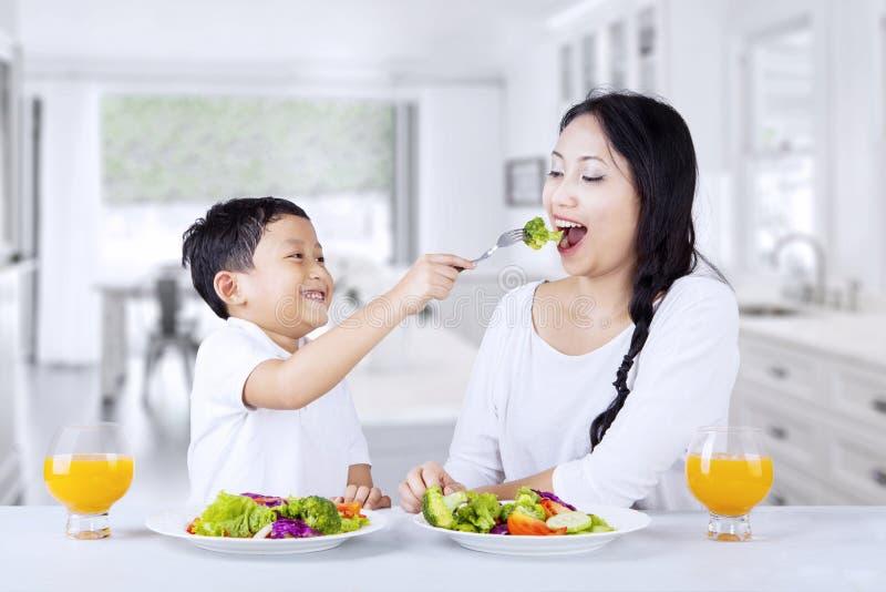 Äta hemmastadd grön sallad fotografering för bildbyråer