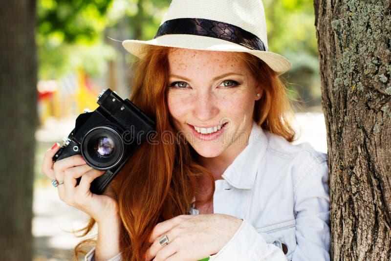 Fotógrafo agradável da menina no trabalho fotografia de stock