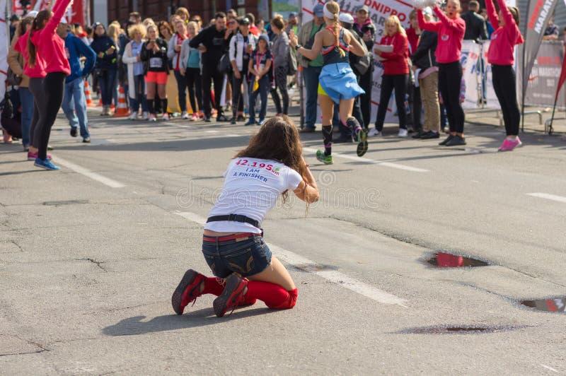 Fotógrafo amador fêmea que senta-se em uma rua e que faz o tiro fresco imagem de stock royalty free