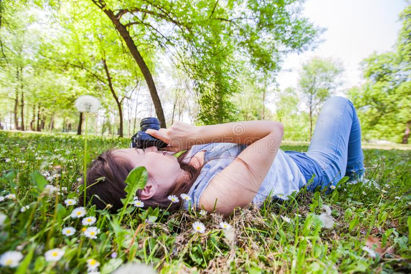 Fotógrafo amador Outdoor da jovem mulher foto de stock