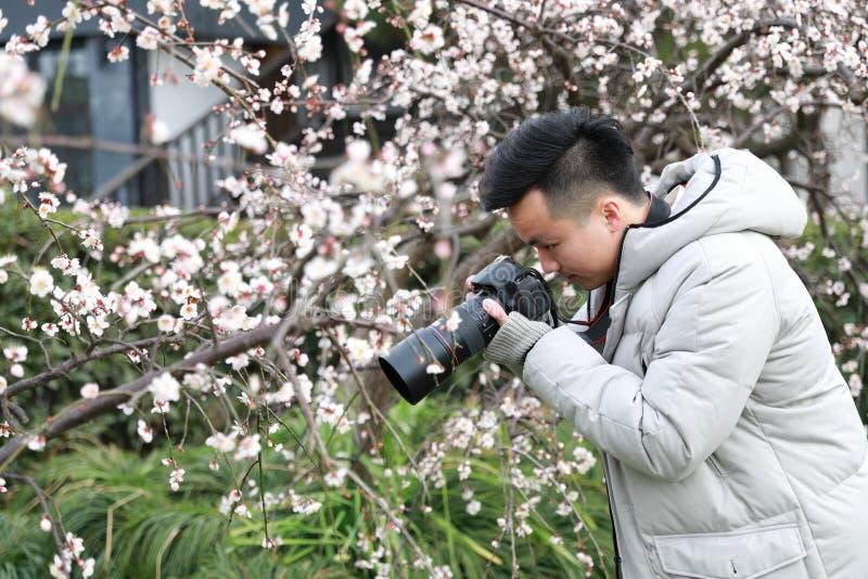 Fotógrafo chinês asiático do homem na natureza fotos de stock royalty free