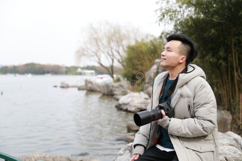 Fotógrafo chinês asiático do homem no parque fotografia de stock