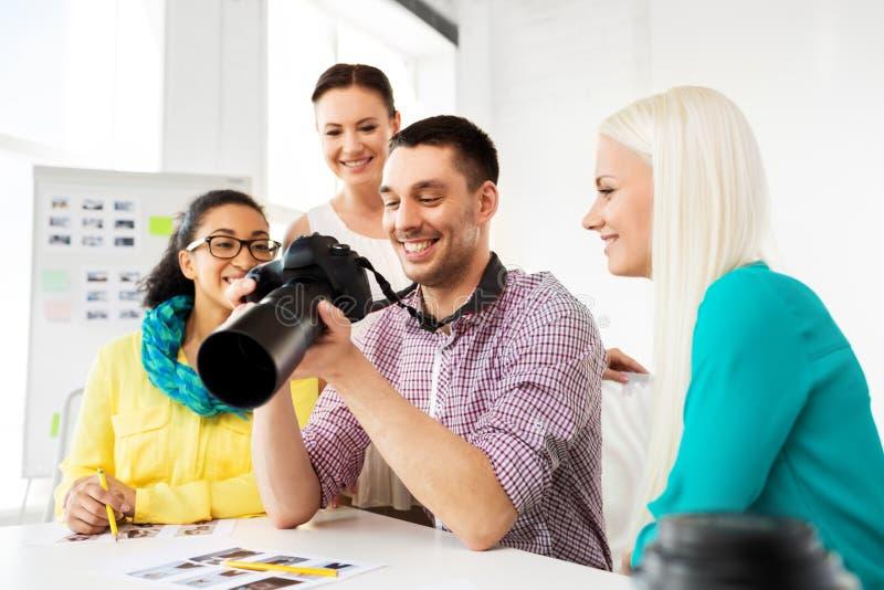 Fotógrafo com a câmera no estúdio da foto imagem de stock