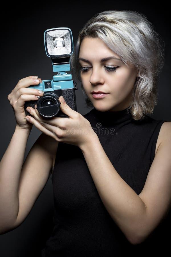 Fotógrafo con la cámara del plástico del vintage foto de archivo libre de regalías