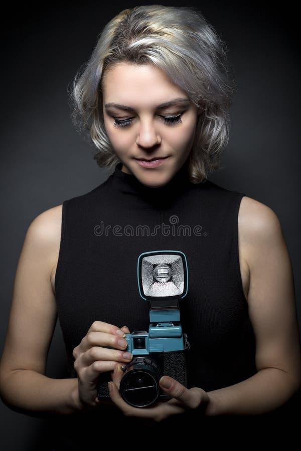 Fotógrafo con la cámara del plástico del vintage imágenes de archivo libres de regalías