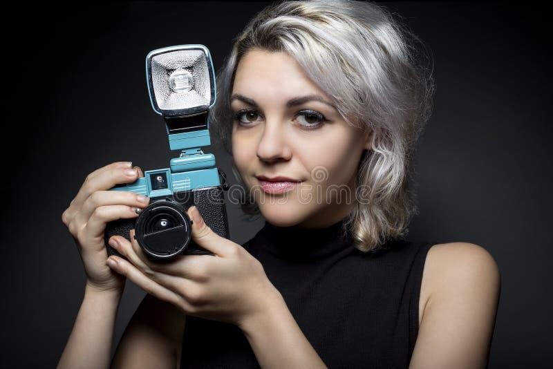 Fotógrafo con la cámara del plástico del vintage imagen de archivo